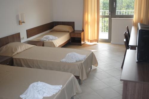 Расположение и характеристика четырехэтажный отель находится в верхней части курорта, в центральной части комплекса